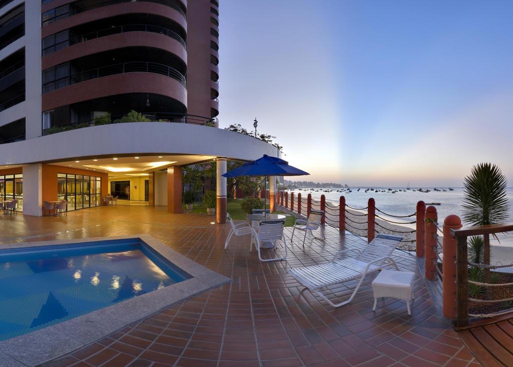 Detalhe da piscina e arquitetura do Iate Plaza Hotel, com vista para o mar